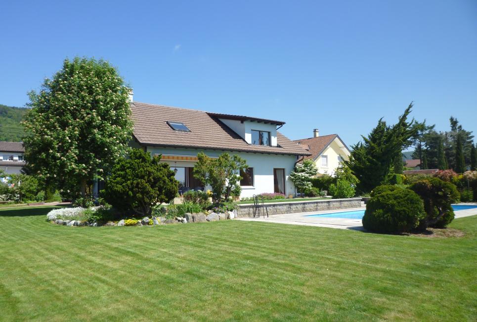<p>Gilly - Magnifique parcelle bien arborisée, très bonne orientation avec vue lac et piscine.</p>