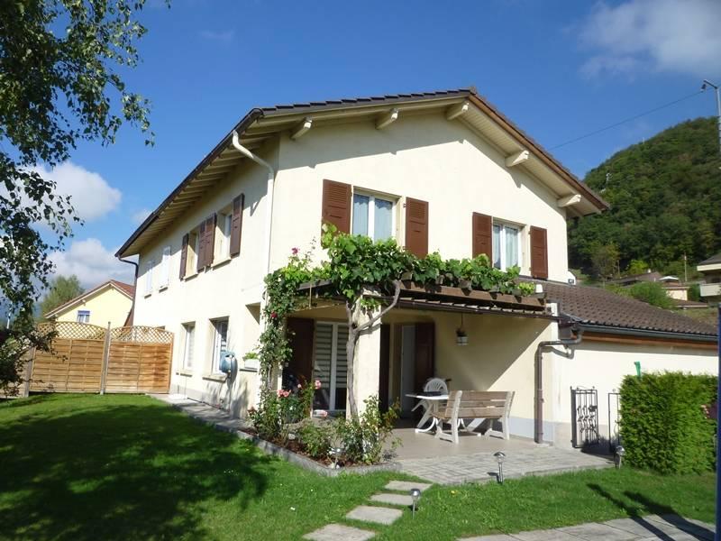 <p>Eclépens - Mitoyenne sur 1 côté, avec grande terrasse et jardin, entretien parfait.</p>
